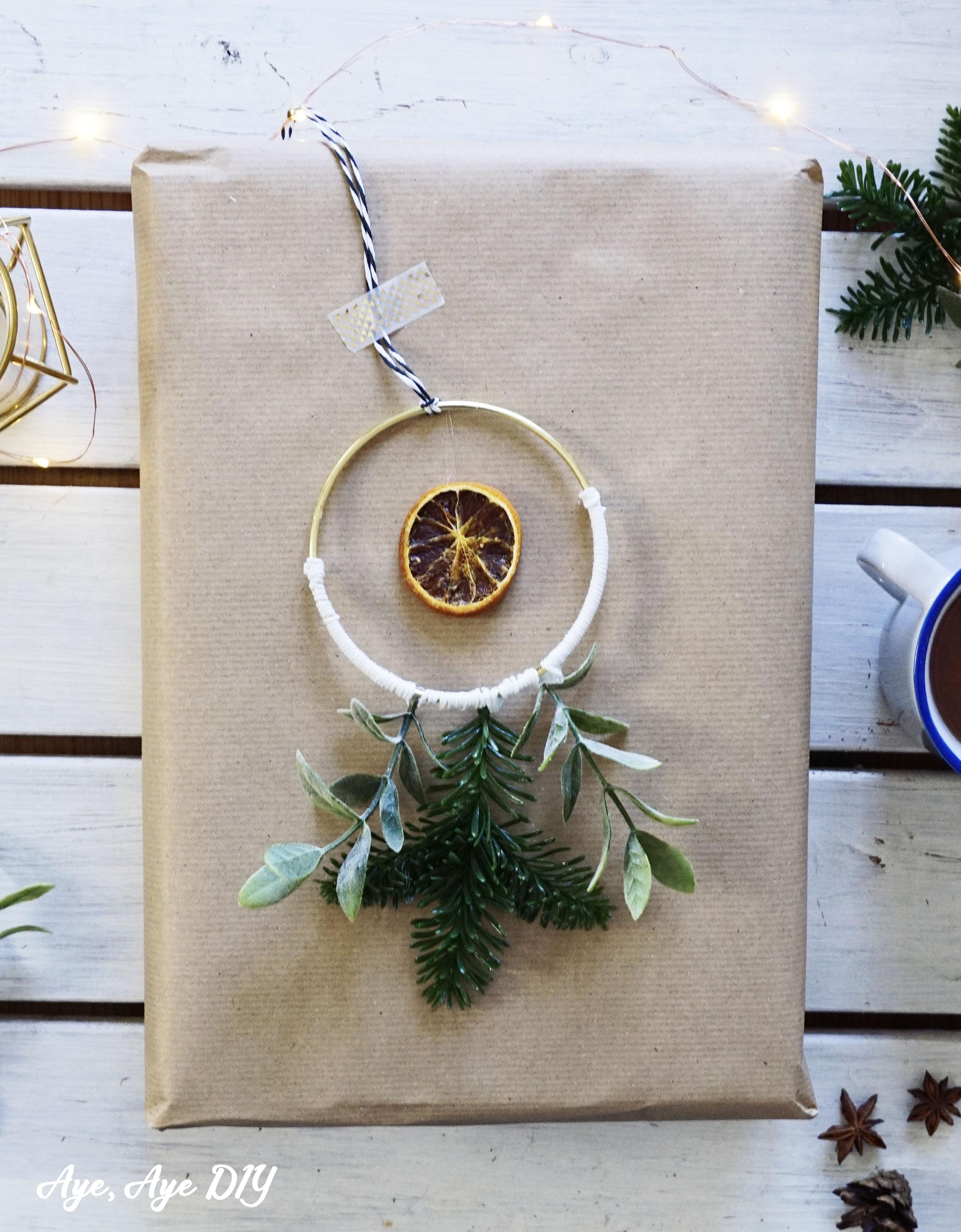 Skandinavische Winterdeko basteln: Geschenke verpacken mit DIY Baumschmuck