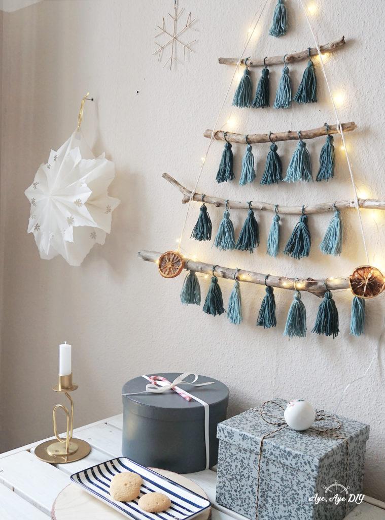 Nachhaltige Weihnachten: auch unter einem gebastelten Weihnachtsbaum kommen Geschenke toll zur Geltung