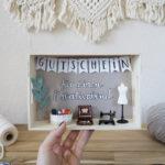 Geschenkidee für die beste Freundin: Gutschein basteln mit Miniaturfiguren, Mini Nähmaschine & Co.