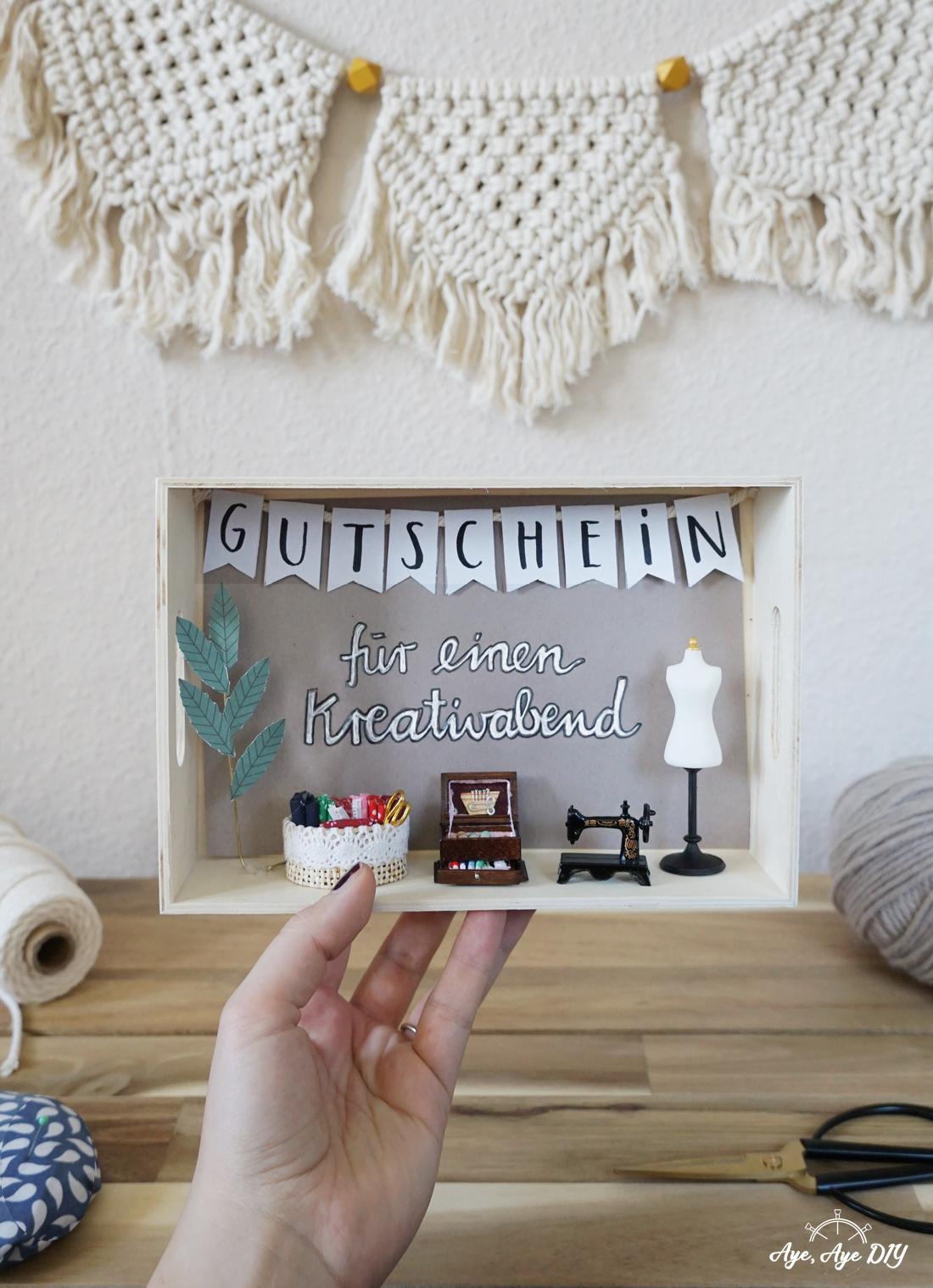 DIY Geschenk beste Freundin: Gutschein verpacken mit Miniaturfiguren