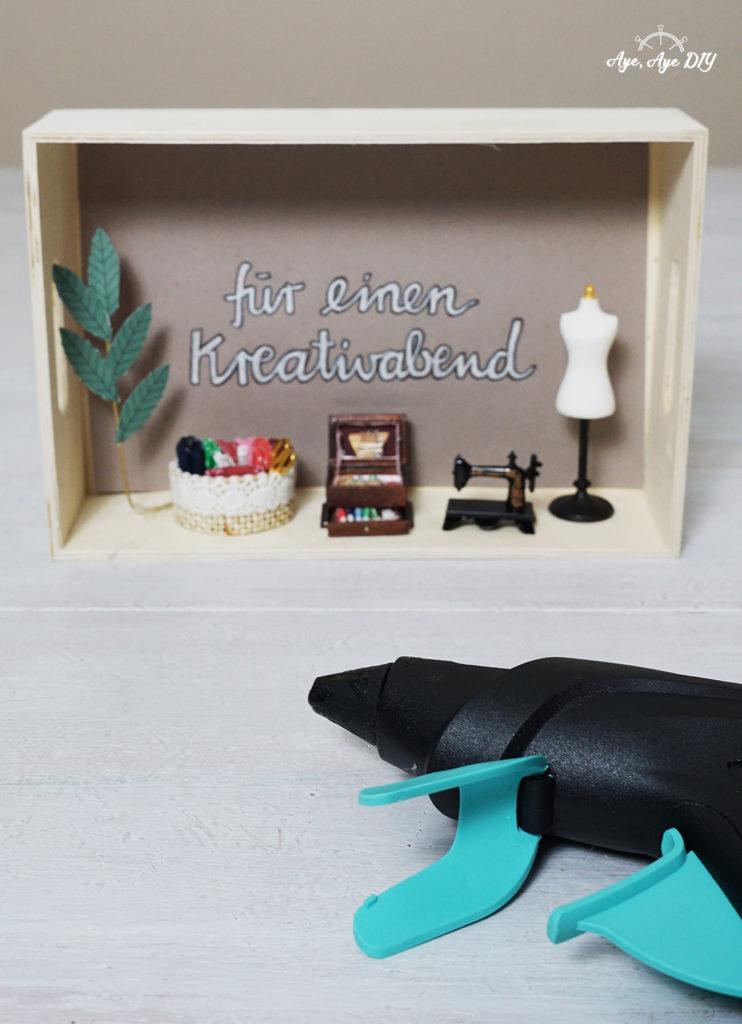 Miniaturfiguren mit Heißkleber aufkleben