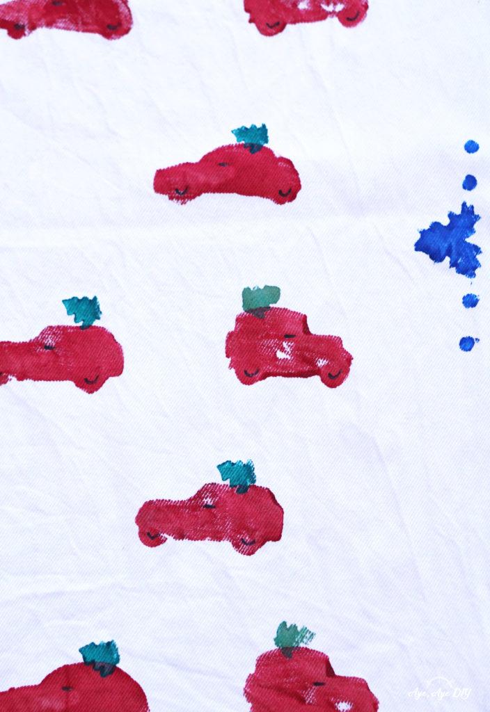 Kartoffeldruck Weihnachten Tannenbaum auf rotem Auto