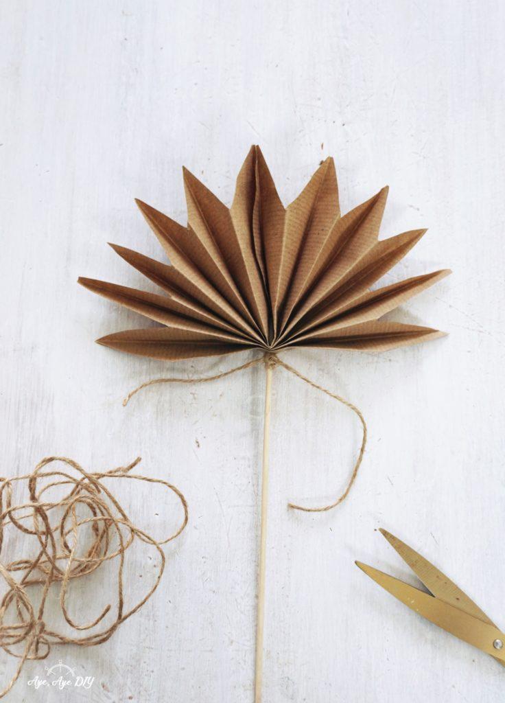 Palmenblätter basteln: Abschluss mit Juteschnur