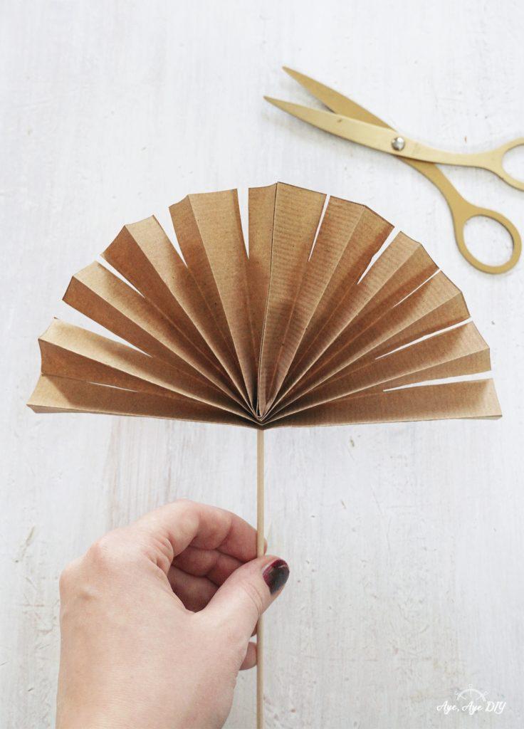 Palmenblätter basteln: gefaltetes Papier einschneiden