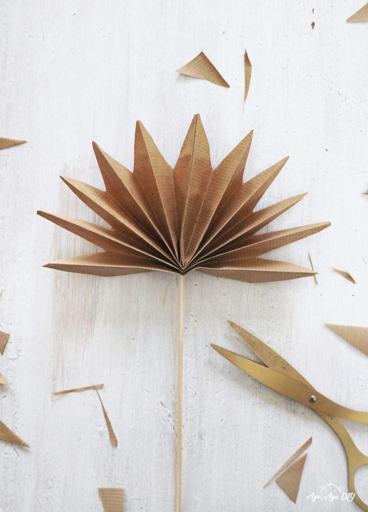 Palmenblätter basteln: Zacken zuschneiden