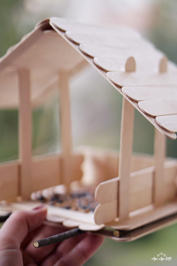 Vogelhaus selber bauen einfache Anleitung: fertiges Ergebnis vom DIY Vogelhaus