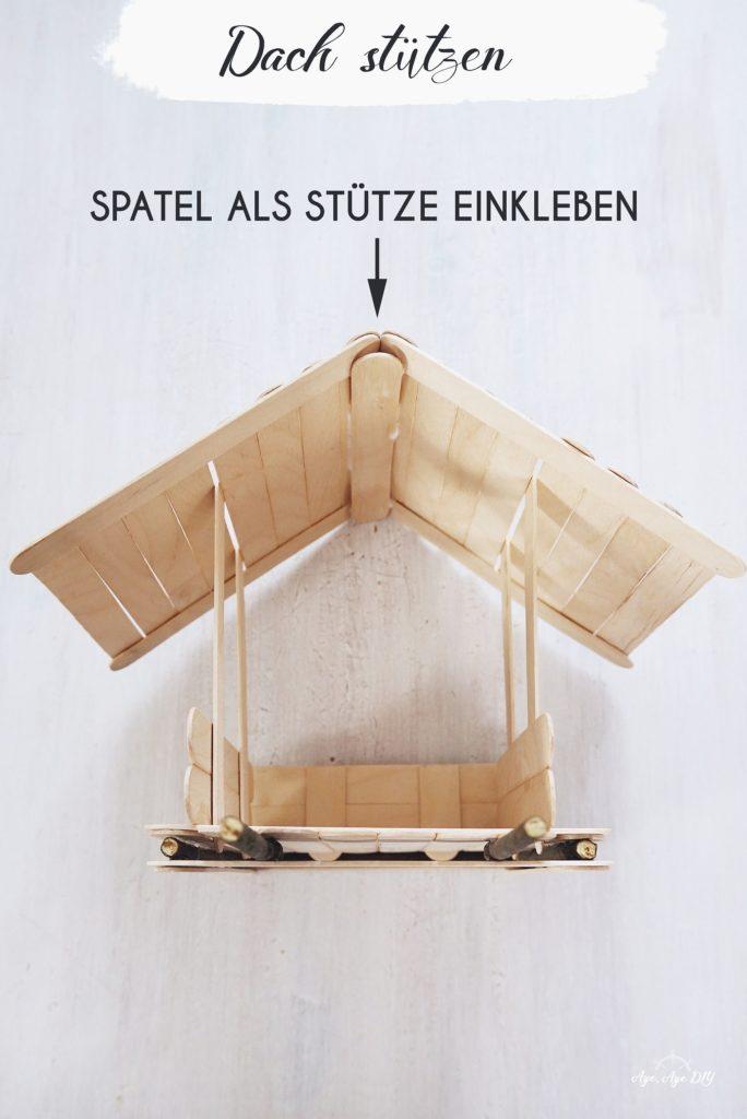 Vogelhaus selber bauen: Dach stützen mit Holzspatel