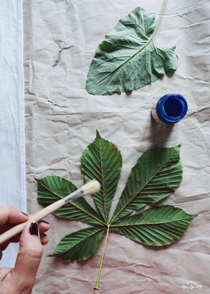 Blätterdruck Anleitung: Blätter mit Stoffmalfarbe bemalen