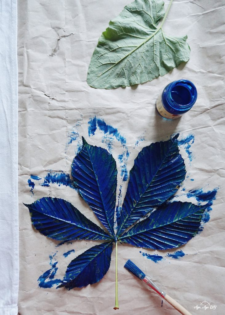 Blätter Abdruck Technik mit blauer Stoffmalfarbe